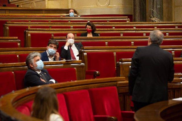 El líder del PSC, Miquel Iceta, escuchando al presidente de la Generalitat, Quim Torra, en el pleno del Parlament