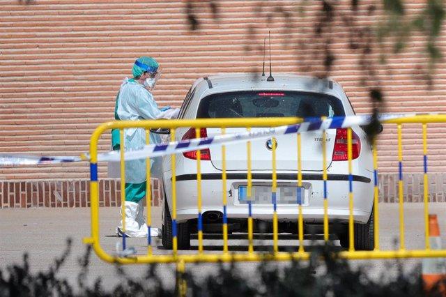 Sanitarios se preparan para administrar los tests rápidos de coronavirus, foto de archivo