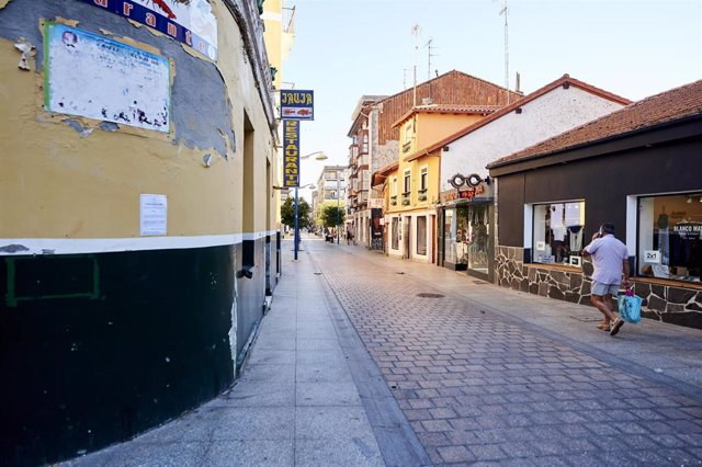Un hombre camina por una calle vacía durante el primer día de confinamiento relativo en el municipio de Santoña