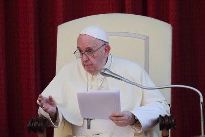 El Papa, visto en público con mascarilla por primera vez