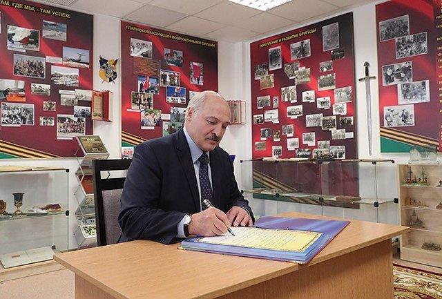 Lukashenko en una visita a un cuartel militar