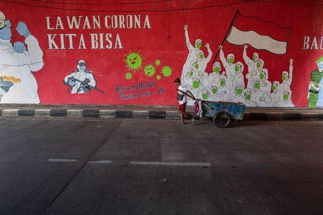 Coronavirus.- La capital de Indonesia endurece las restricciones por el repunte