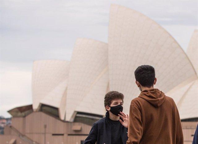 Gente en las cercanías de la Opera House de Sidney.