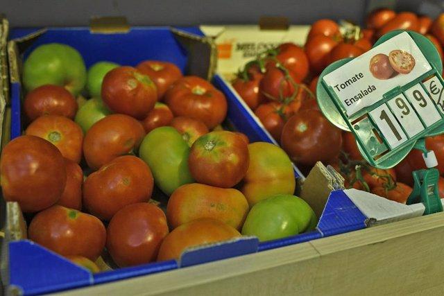 Imagen de archivo de cajas de tomates variados en un mercado