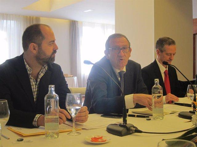El presidente de Gestha, Carlos Cruzado; el secretario general, José María Mollinedo y el portavoz en Canarias, Carlos Fernández, en un desayuno informativo