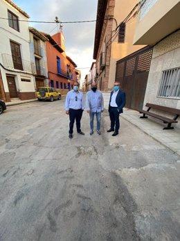 El alcalde de Muniesa, José Luis Iranzo, tras la reunión con el portavoz de Infraestructuras del Partido Popular en las Cortes de Aragón Joaquín Juste, y el diputado autonómico por Teruel Jesús Fuertes