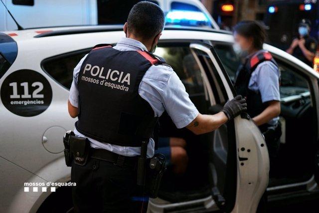 Dos detenidos mientras intentaban robar en un piso habitado de Barcelona