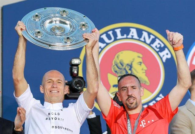 Arjen Robben y Franck Ribery celebran la Bundesliga