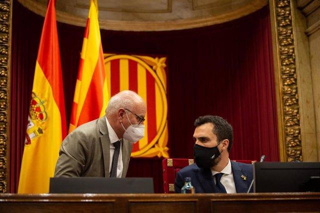 El presidente del Parlament y diputado de ERC, Roger Torrent (d), preside la mesa del Parlament. En Barcelona, Cataluña, (España), a 9 de septiembre de 2020. Durante el día de hoy se ha celebrado un pleno que da comienzo a un nuevo curso político.