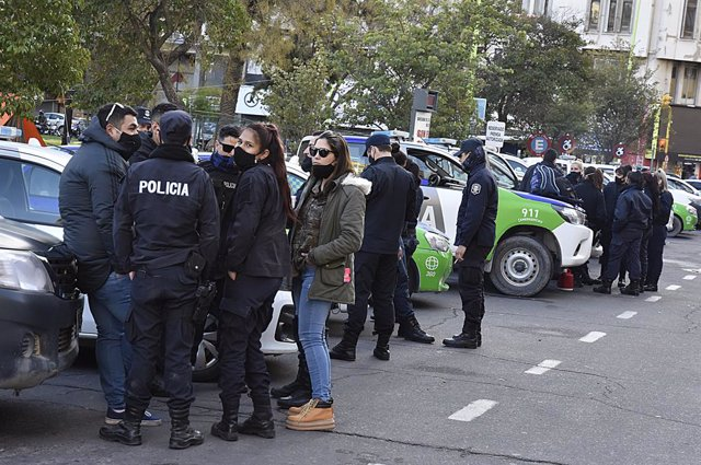Argentina.- Cientos de policías protestan en Argentina para reclamar aumentos sa