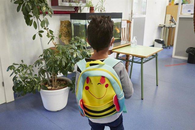 Un niño entrando en su colegio.