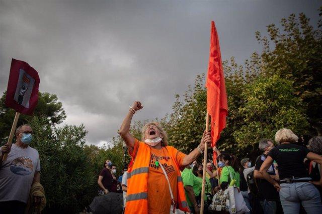 Concentración convocada por el Sindicat de Llogaters frente al Parlament para seguir la votación de la ley que limita el precio del alquiler.