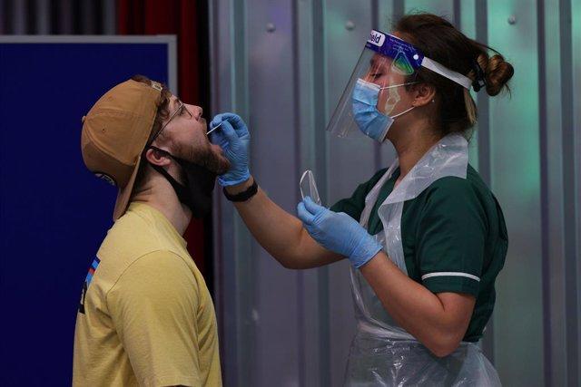 Coronavirus.- Reino Unido confirma más de 2.600 casos de coronavirus y supera la