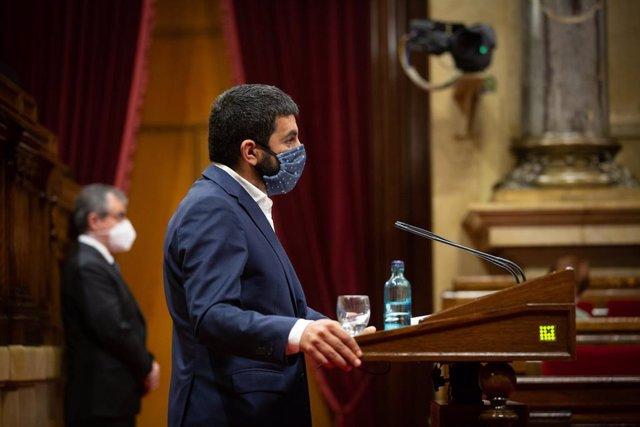 El conseller de Trabajo, Asuntos Sociales y Familias de la Generalitat, Chakir el Homrani, en el pleno del Parlament de este miércoles 9 de septiembre de 2020