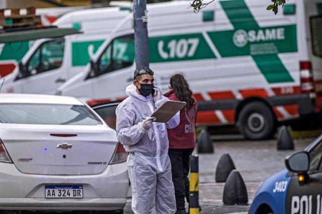Un trabajador con mascarilla y equipo de protección en Buenos Aires