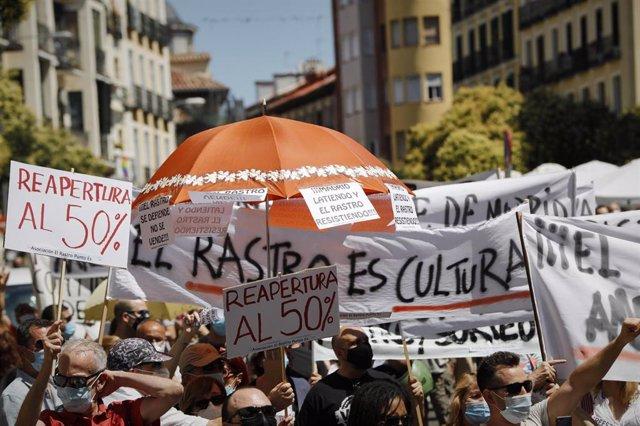 Una multitud de personas con carteles y pancartas se concentra para denunciar que El Rastro. Archivo.