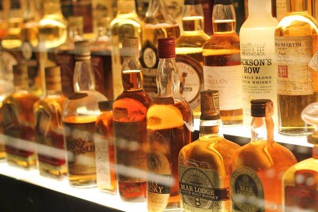 Colección de botellas de whisky escocés