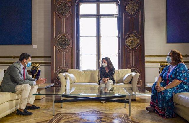 El presidente de la Junta de Andalucía, Juanma Moreno (i), durante la reunión con las representantes del grupo parlamentario Adelante Andalucía; la portavoz y la portavoz adjunta de Adelante Andalucía, Inmaculada Nieto (c) y Ángela Aguilera (d). En Sevill