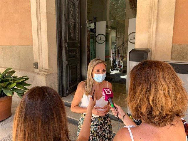 Patricia Guas, atendiendo a los medios.