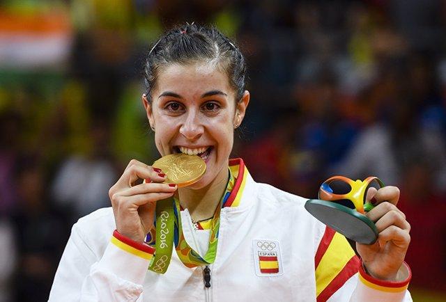 Carolina Marín posa con su medalla de oro en los Juegos Olímpicos de Río de Janeiro de 2016