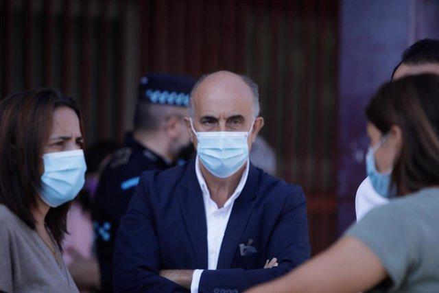 El viceconsejero madrileño de Salud Pública y Plan Covid-19, Antonio Zapatero, durante su visita al dispositivo instalado en Fuenlabrada para la realización de pruebas PCR. En Fuenlabrada, Madrid, (España), a 27 de agosto de 2020.