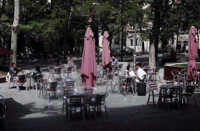 Clientes en la terraza de un bar, en Madrid (España)