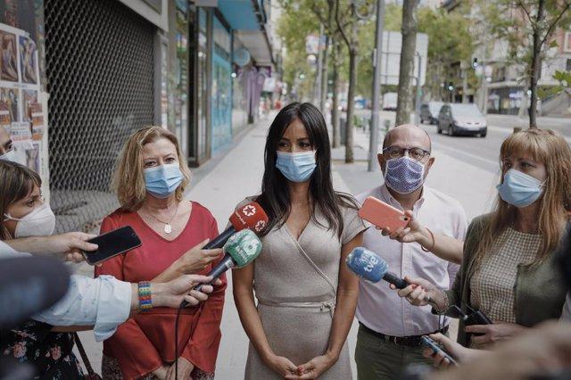La alcaldesa en funciones de Madrid, Begoña Villacís, responde a los medios durante su visita la remodelación de las calles Princesa y Ventura Rodríguez, en Madrid, (España), a 11 de agosto de 2020.