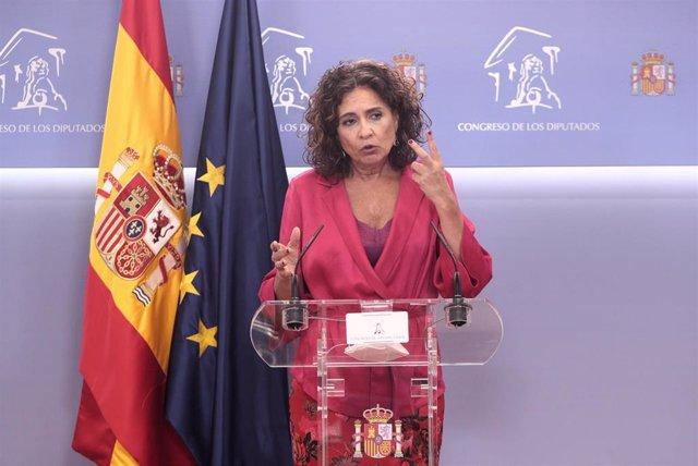 La ministra de Hacienda, María Jesús Montero, ofrece una rueda de prensa en la sala de prensa del Congreso de los Diputados
