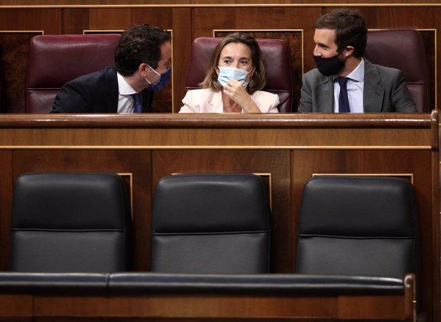 Los diputados del PP Teodoro García Egea, Cuca Gamarra y Pablo Casado charlan en sus escaños durante el Pleno de este jueves en el Congreso
