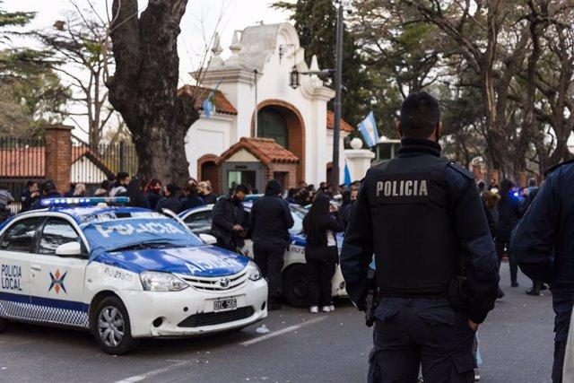 Argentina.- Fernández responde a la protesta de policías con un plan que recorta