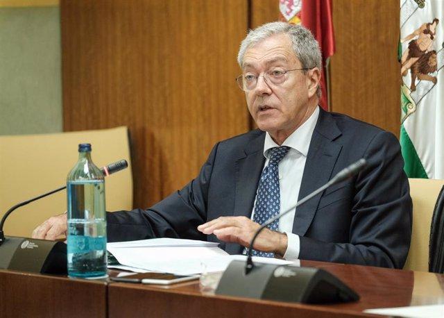 El consejero de Economía, Rogelio Velasco, en una imagen de archivo de una comparencia parlamentaria en comisión.