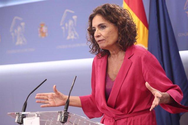 La ministra de Hacienda, María Jesús Montero, ofrece una rueda de prensa en la sala de prensa del Congreso de los Diputados, en Madrid (España),