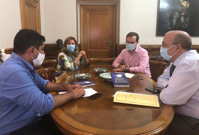 Reunión entre los representantes de la Diputación de Teruel y el escritor Javier Sierrra.