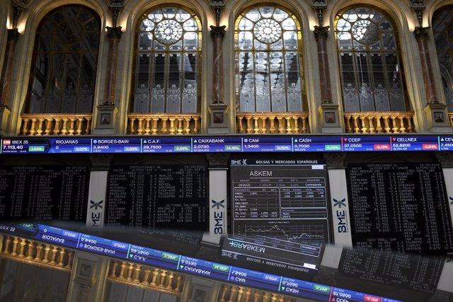 Valores en la Bolsa de Madrid (España), a 4 de septiembre de 2020. El Ibex 35 repuntaba un 1,7% en la media sesión de este viernes, hasta situarse en los 7.125,1 puntos, en una jornada en la que Bankia y CaixaBank son protagonistas tras confirmar que nego