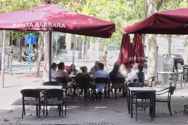 Clientes en una terraza de un bar