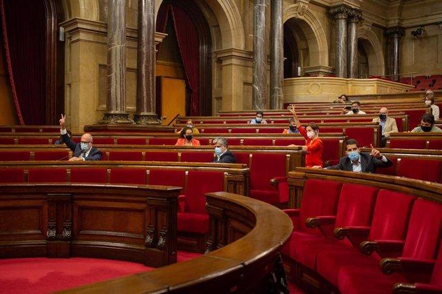Votación de la ley que limita el precio del alquiler en el pleno del Parlament.