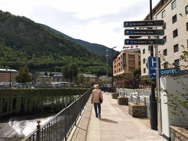 Una persona en el centro de Andorra la Vella.