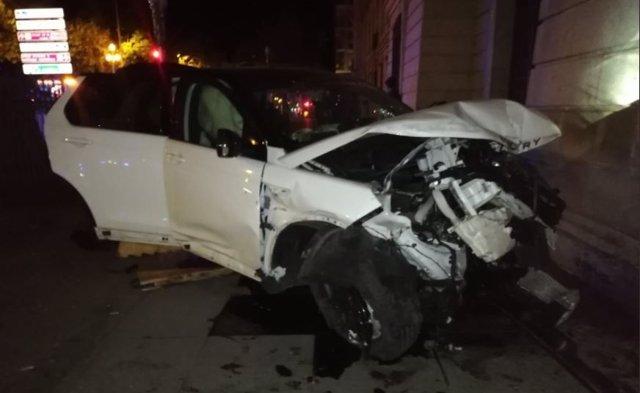 Vehículo accidentado en el paseo de Zorrilla que terminó por colisionar con la fachada de Caballería.