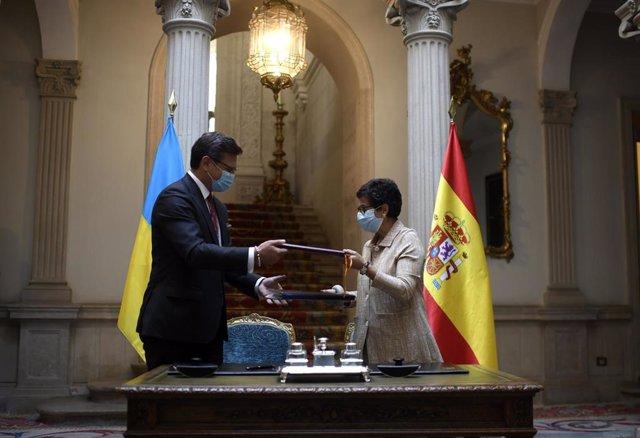 La ministra de Asuntos Exteriores, Unión Europea y Cooperación, Arancha González Laya, y su homólogo de Ucrania, el ministro de Asuntos Exteriores Dmytró Kuleba durante su reunión en el Palacio de Viana, en Madrid (España), a 10 de septiembre de 2020.