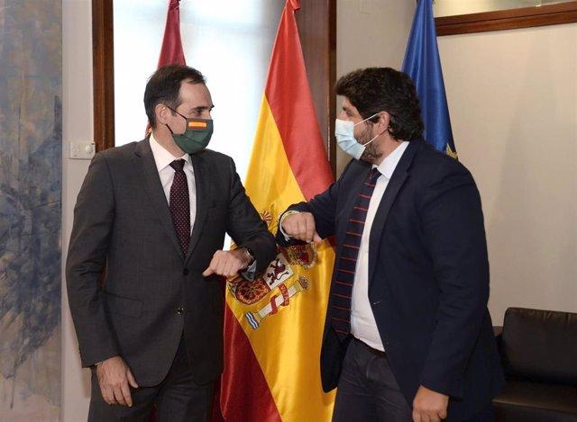 El presidente de la Región de Murcia, Fernando López Miras, y el portavoz del Grupo Parlamentario de Vox en la Asamblea regional, Juan José Liarte