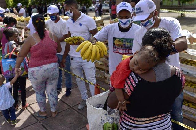 Reparto de comida entre la población más vulnerable de Belo Horizonte (Brasil) durante la pandemia de coronavirus