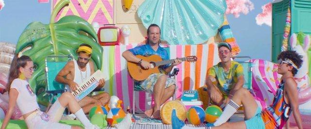 Varry Brava se aferra al verano en el videoclip de 'Hortera'