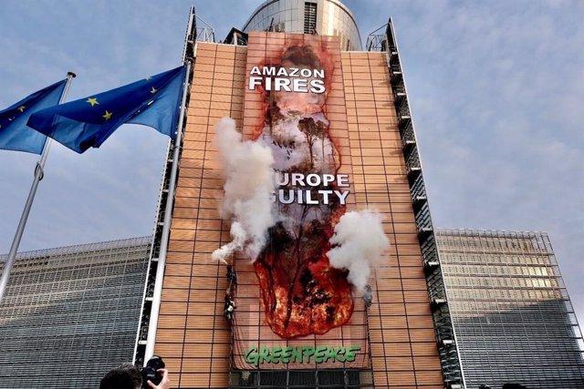 UE.- Greenpeace denuncia la destrucción de la Amazonía con una pancarta que simu