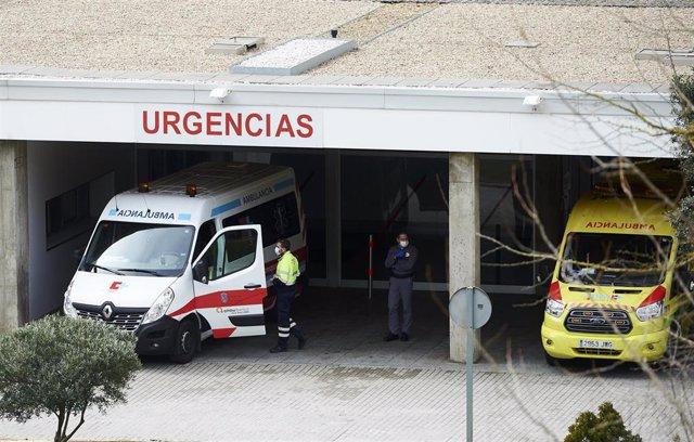 Ambulancias y personal sanitario en el Hospital Valdecilla. Archivo