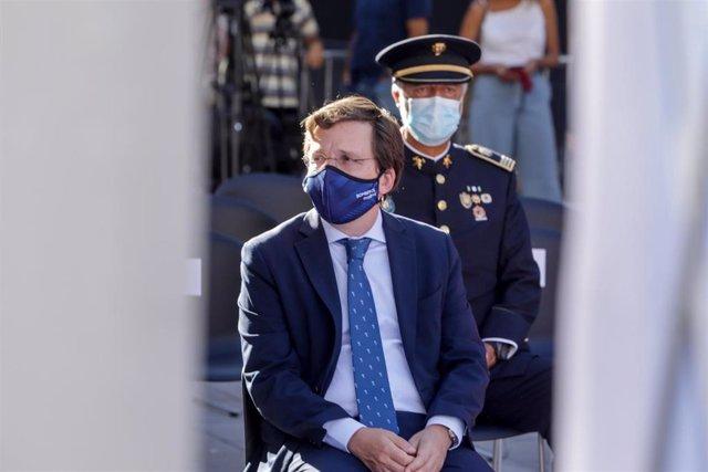 El alcalde de Madrid, José Luis Martínez-Almeida, asiste al acto de homenaje a los diez bomberos fallecidos en el incendio de los Almacenes Arias, en Madrid  (España), a 4 de septiembre de 2020. El suceso ocurrió en 1987 y  ahora se cumplen 33 años. En el
