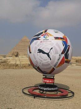 Fútbol.- Retos en redes sociales y recreaciones gigantes del balón dan el inicio