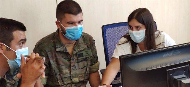 Militares atendiendo a la preparación para las labores de rastreo.