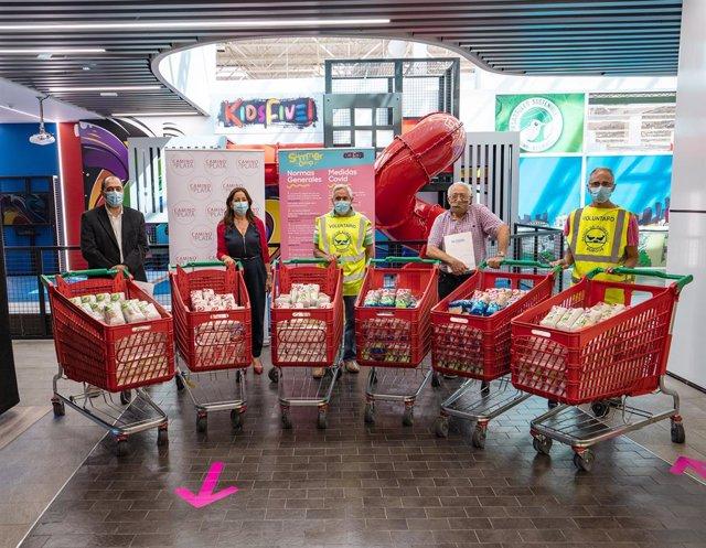 Entrega de alimentos en el centro comercial Camino de la Plata al Banco de Alimentos de Burgos.