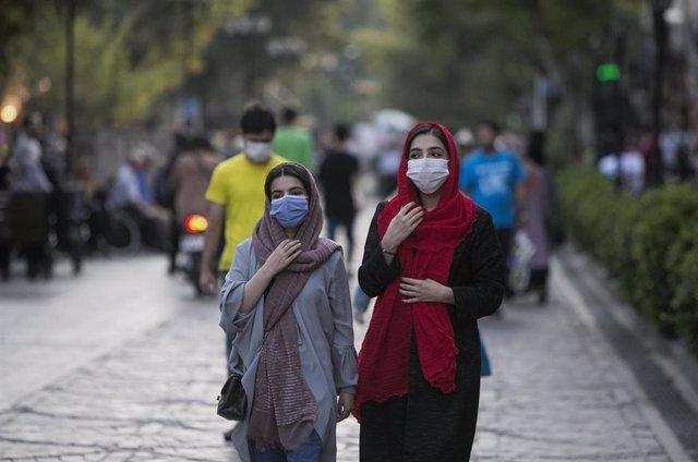 Mujeres con mascarilla en Rasht, Irán