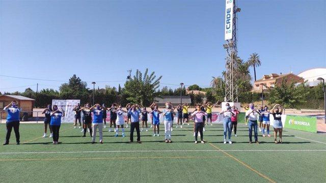 Equipo Alhama Club de Fútbol ELPOZO Femenino que milita en RETO IBERDROLA junto al equipo directivo de ELPOZO ALIMENTACIÓN, el presidente del Club de fútbol Alhama ELPOZO, la alcaldesa de Alhama de Murcia, Mariola Guevara y el director general de Deportes